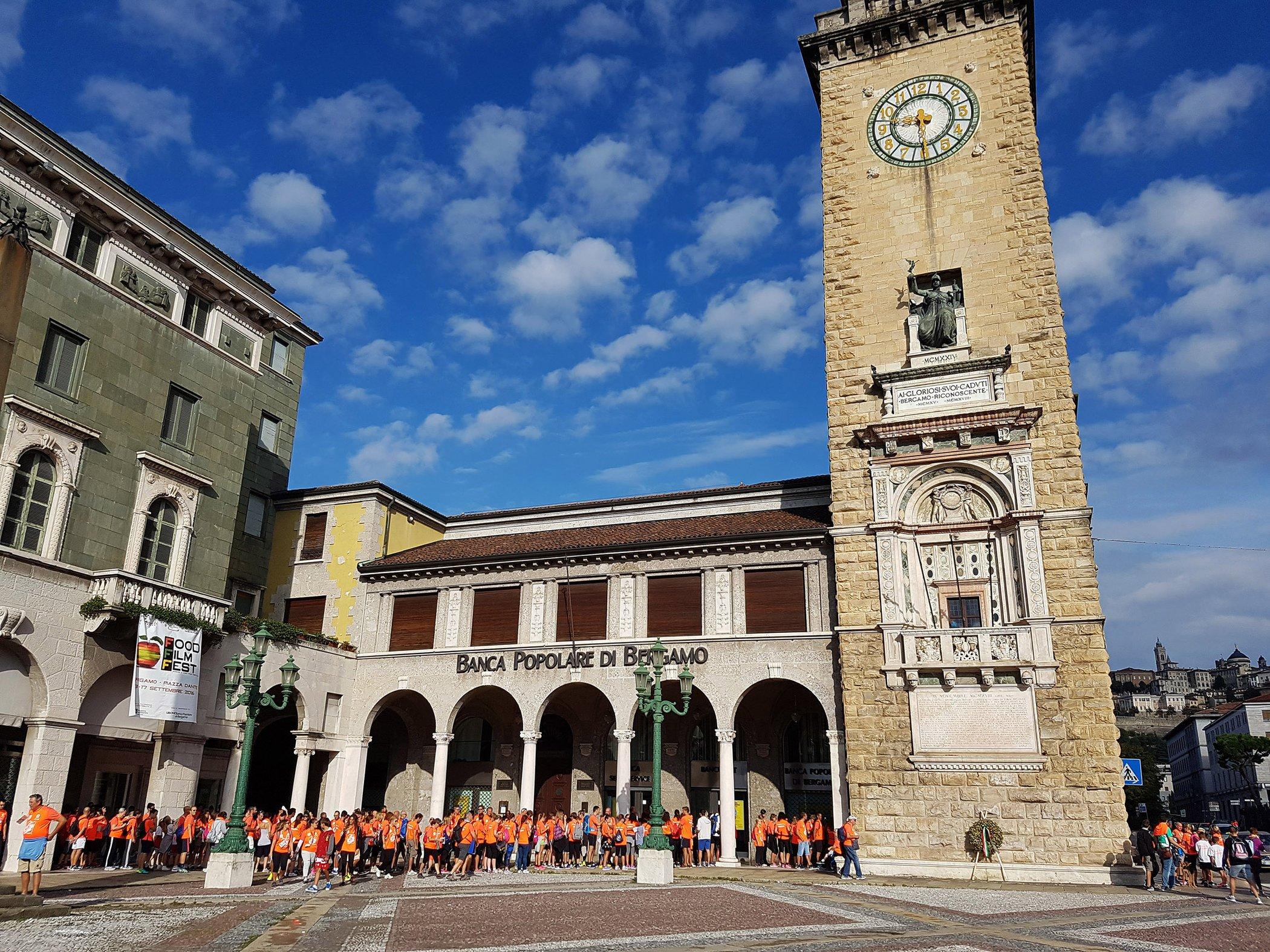 Piazza vittorio veneto torre dei caduti foto provincia di for Mercatini bergamo e provincia oggi