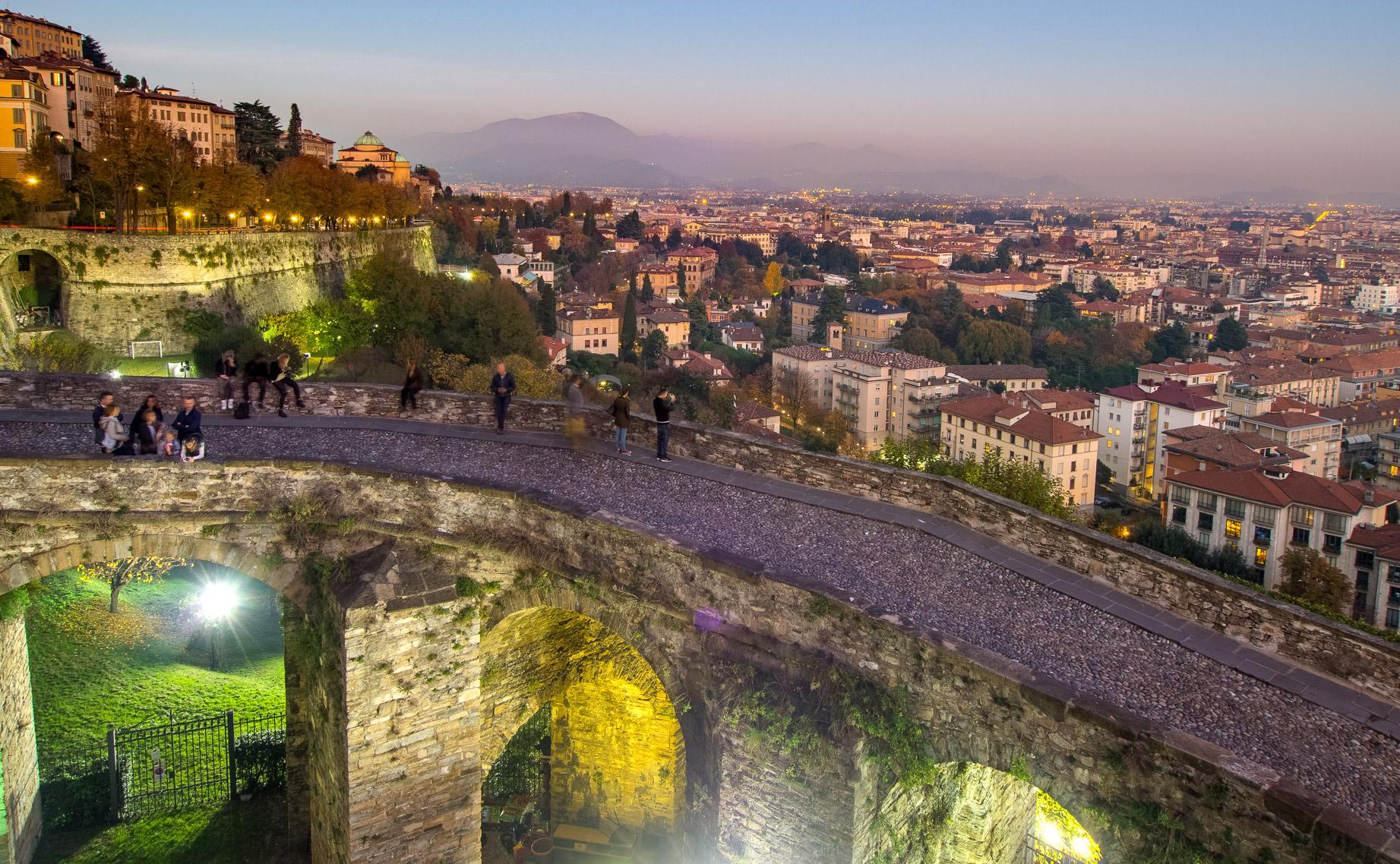 Citta alta de noche foto panoramica provincia di bergamo for Mercatini bergamo e provincia oggi