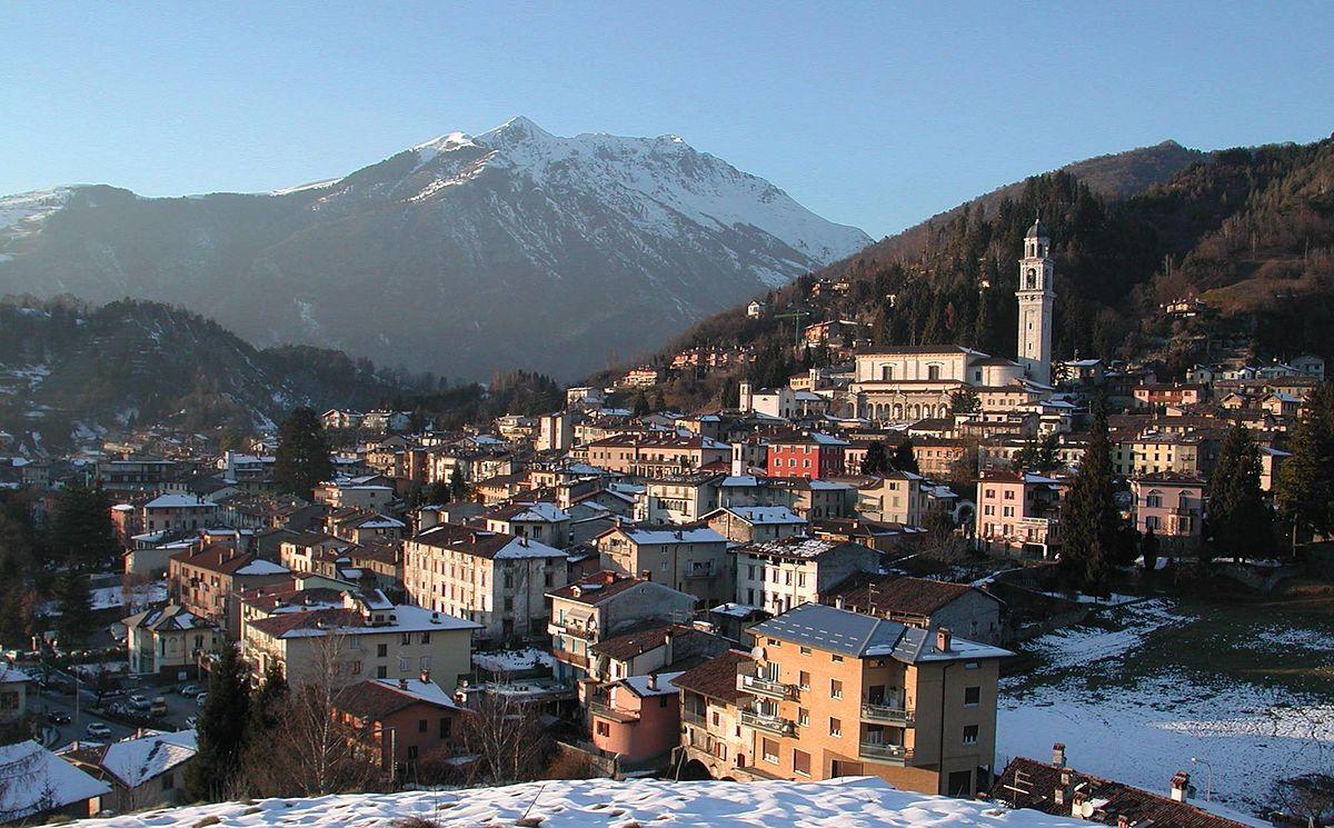 Fotografie paese di clusone valle seriana bergamo italia for Mercatini bergamo e provincia oggi