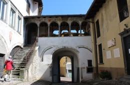 Portici palazzo comunale di Clusone Valle Seriana Bergamo Italia foto fotografie immagini paese di clusone principe