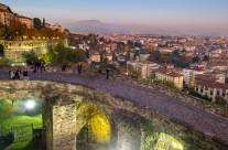 citta alta de noche foto panoramica provincia di bergamo Night begins in Bergamo Citta Alta