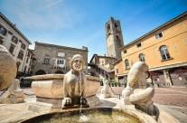 foto dei paesi di cittá alta bergamo lombardia italia centro piazza vecchia fontana punto di riferimento