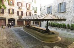foto di bergamo lombardia italia lavatoio resti antico monumento cittá alta