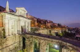 immagini provincia di bergamo foto Porta San Giacomo in Bergamo at night fotografie